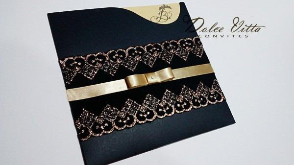 Convite de 15 anos dourado com preto, fita e laço de cetim corte