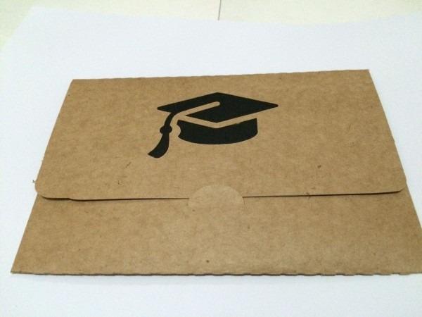 Envelope formatura kraft com detalhe de capelo   br   br consulte