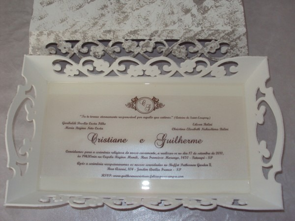 Bandeja com o convite de casamento impresso