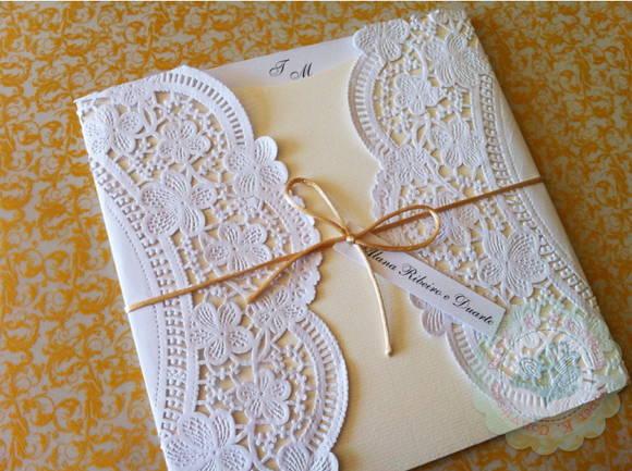 Convite fronha com papel rendado