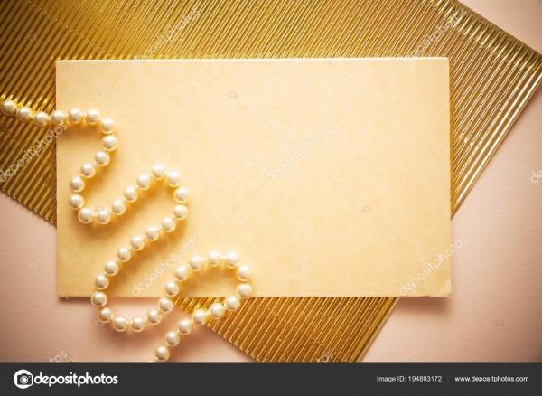 Fundo de convite com pena e papel dourado vibrou — stock photo