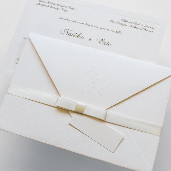 Convite em offwhite com envelope de bico