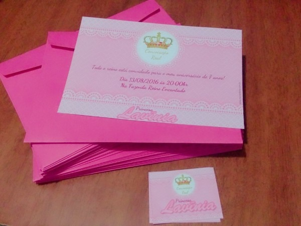 50 convite aniversário coroa realeza 10x15 envelope adesivos