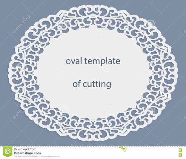 Cartão com beira oval a céu aberto, doily de papel sob o bolo