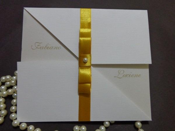 Convite de casamento branco com dourado no elo7