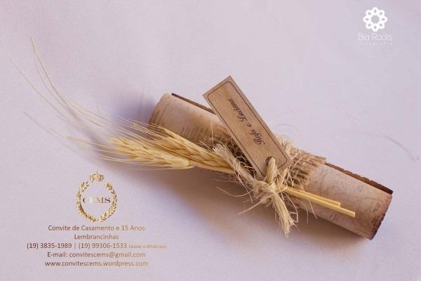 Pergaminho com juta e sisal e trigo e canela e tag com nome do
