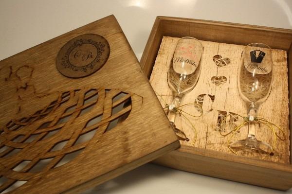 Casamento convite padrinhos madeira com 2 taças vidro 1 unid