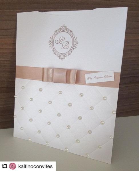 Convite em papel perolado aspen 18 x 23 cm acompanha laço, tag com