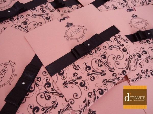 Convite para 15 anos quadrado rosa com arabescos preto dconvite
