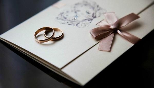 Quem deve entregar os convites de casamento  5 ideias para noivos