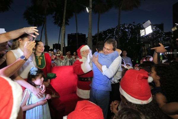 Adolescentes e crianças de abrigos fazem a festa no natal do